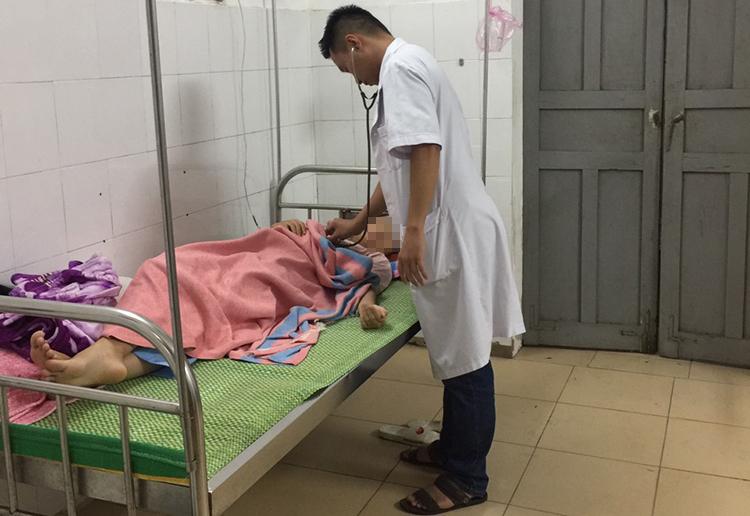 Bác sĩ Trung tâm y tế huyện Hưng Nguyên chăm sóc nạn nhân trong vụ sét đánh.
