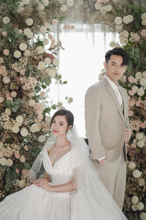 Chung Thanh Phong tiết lộ anh đã thiết kế tổng cộng 10 chiếc váy cưới tương ứng với 10 concept khác nhau cho Đông Nhi, một con số có thể nói là đầy ý nghĩa với người đẹp. Trước mắt, bộ ảnh cưới này chỉ mới hé lộ 6/10 bộ cánh, riêng 4 mẫu đầm còn lại sẽ được công bố trong những bộ hình tiếp theo.