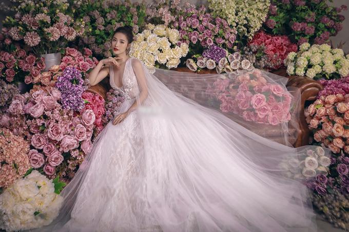Bộ ảnh được thực hiện bởi trang phục: Chung Thanh Phong Bridal & Tuxedo, nhiếp ảnh & trang điểm: Tee Le Studio, làm tóc: Chung Hung Thanh.