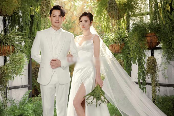 Cặp ca sĩ diện sang trang phục cưới tông xuyệt tông màu trắng mang đến sự tinh tế, nhã nhặn. Đông Nhi thử sức với bộ cánh hai dây cúp ngực xẻ tà duyên dáng.