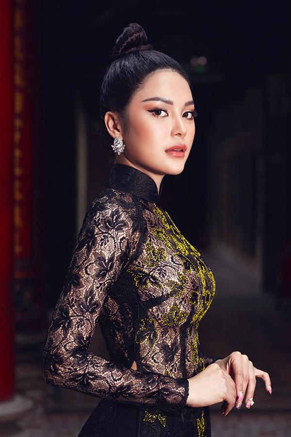 Với áo dài đen đính kim sa, Lily Chen để tóc búi cao và trang điểm nhấn vào đôi mắt sắc để hoàn thiện vẻ cá tính.