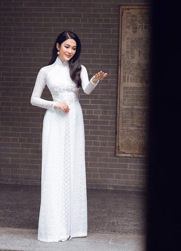 Tà áo dài trắng trở nên sang trọng hơn với chất liệu ren mỏng được xếp nhiều lớp.
