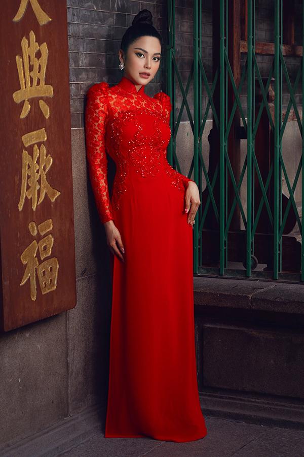 Lily Chentên thật là Trần Thái Ngọc, từng đạt thành tích top 15 Hoa hậu Siêu quốc gia Việt Nam 2018 vàtop 3 của cuộc thi Tình Bolero 2019. Không chỉ ca hát, cô còn lấn sân phim ảnh. Sau khi gây chú ý với vai lẳng lơ, gợi cảm trong Thất sơn tâm linh, cô sẽ làm khách mời trong phim truyền hình Kẻ sát nhân cô độc.