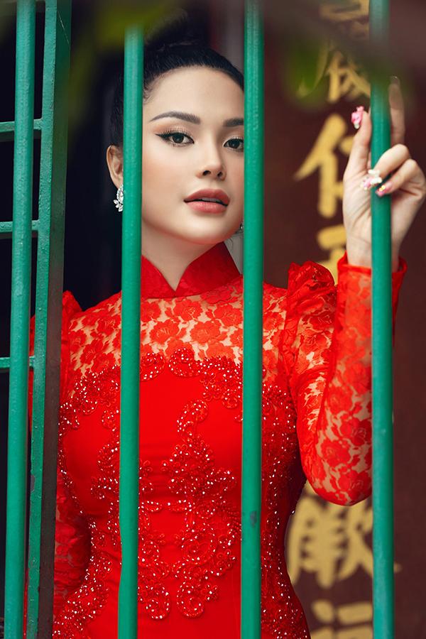 Nếu như áo dài trắng mang phong cách thanh lịch, dịu dàngcòn áo dài đen gợi vẻ bí ẩn thì thiết kế màu đỏ tay bồng mang đến vẻ cổ điển, điệu đà.