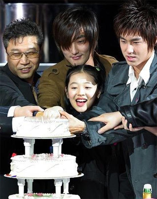Sulli trong tiệc sinh nhật 11 tuổi, đứng bên Yunho (ngoài cùng bên phải).