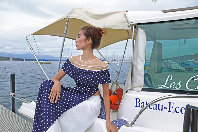 Thiết kế trễ vai đắp voan cũng được Cao Minh Tiến yêu thích và đưa vào nhiều mẫu áo dài của mình. Ý tưởng này xuất phát từ áo dài cổ thuyền của Trần Lệ Xuân, một biểu tượng thời trang của Sài Gòn xưa.