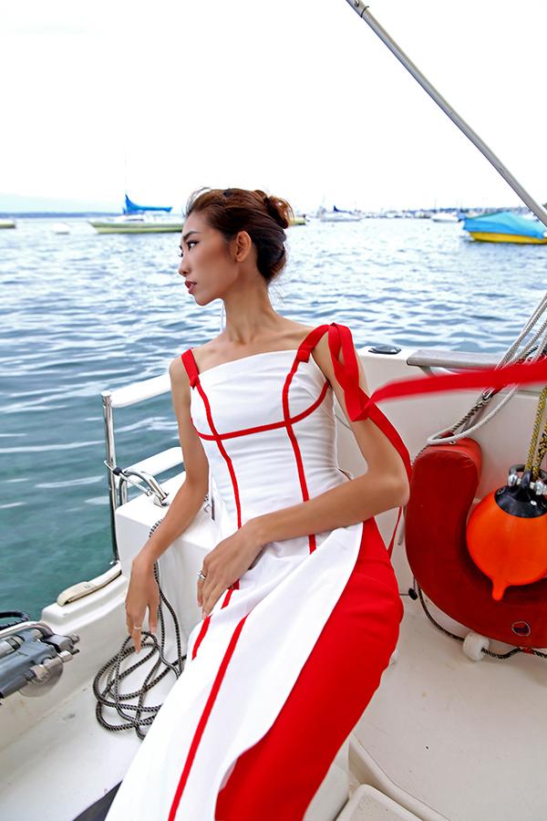 Không chỉ thiết kế, Cao Minh Tiến còn đảm trách phần trang điểm cho người mẫu và chụp ảnh.
