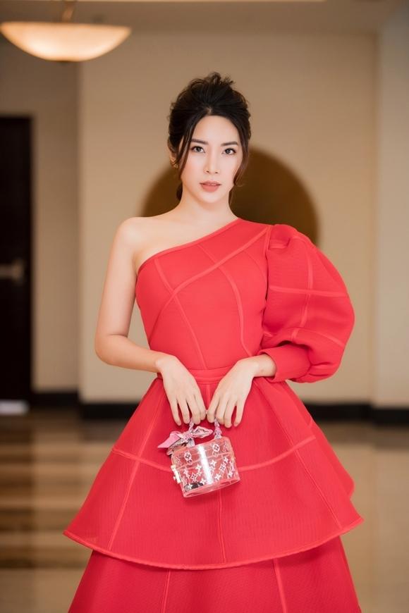 Người đẹp diện trang phục của NTK Hà Duy khi xuất hiện tại