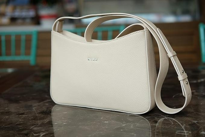 Chiếc túi đeo vai hoặc đeo chéo thiết kế tối giản, sang trọng với nội thất nhiều ngăn tiện dụng.