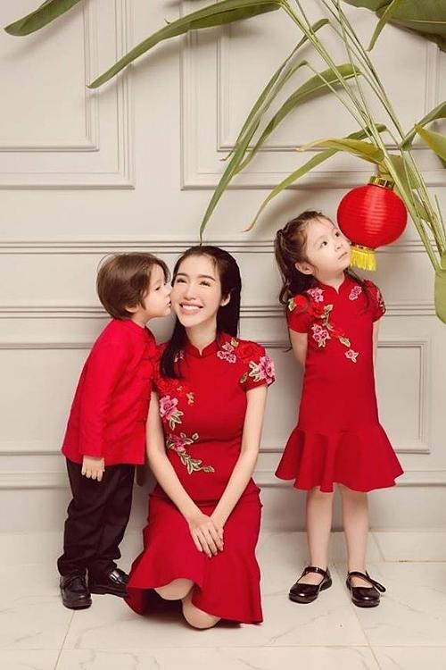 Elly Trần và hai con.