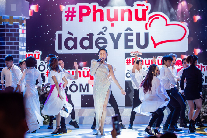 Ca sĩ Tóc Tiên trình diễn loạt hit trên sân khấu.