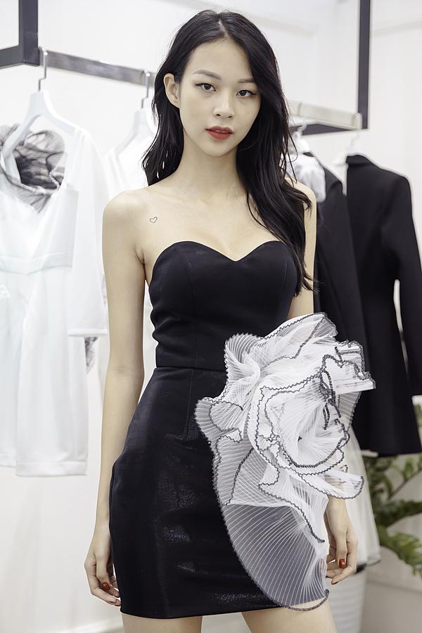 Họa tiết bèo được dựng khối tạo điểm nhấn cho bộ trang phục.