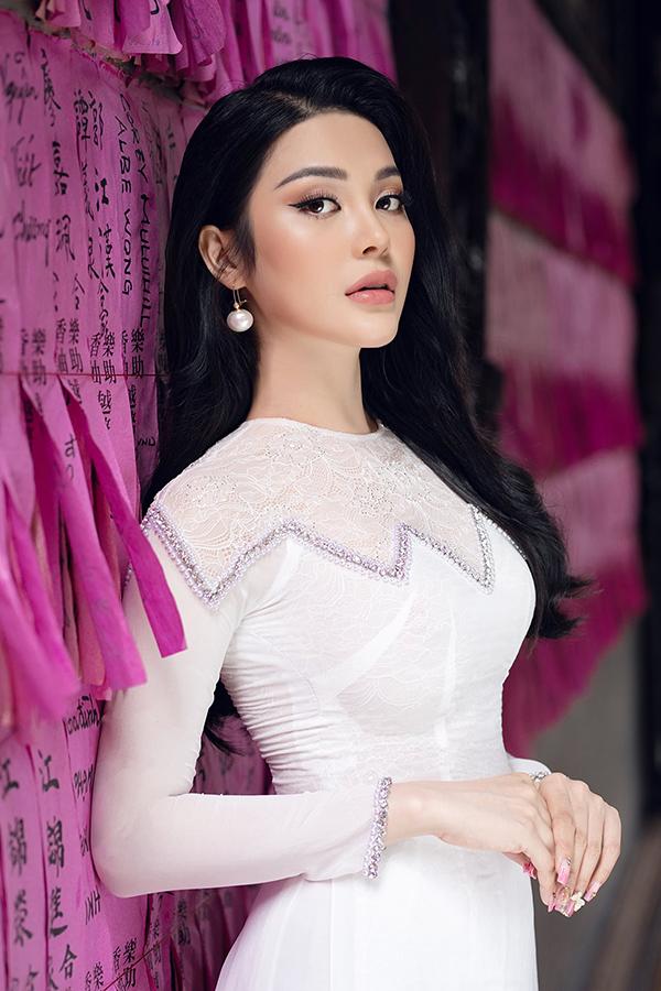 Là ca sĩ chuyên trị dòng nhạc Bolero, Lily Chen rất yêu thích áo dài và thường mặc trang phục truyền thống mỗi lần lên sân khấu. Cô khéo léo khoe thân hình đồng hồ cát với áo dài chất liệu co giãn nhẹ.