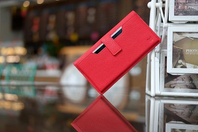 Mẫu ví gập có ngăn để điện thoại bên ngoài, thiết kế tinh tế, dễ sử dụng.