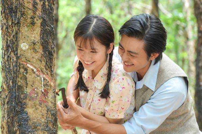 Oanh Kiều vai Phượng và Quốc Huy vai cậu chủ Thanh Bình trong một cảnh phim lãng mạn.