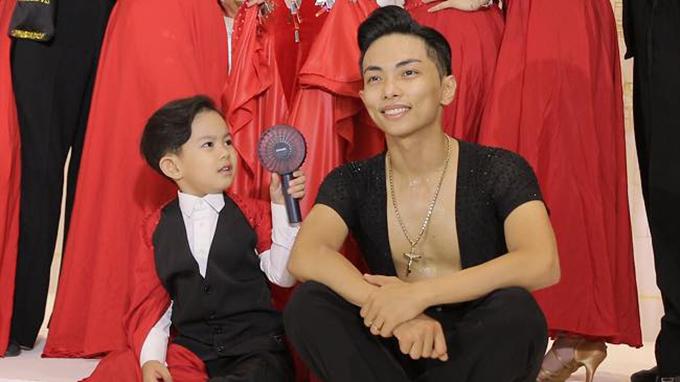 Phan Hiển được con trai Kubi quạt mát vì đẫm mồ hôi sau khi biểu diễn tại một sự kiện.