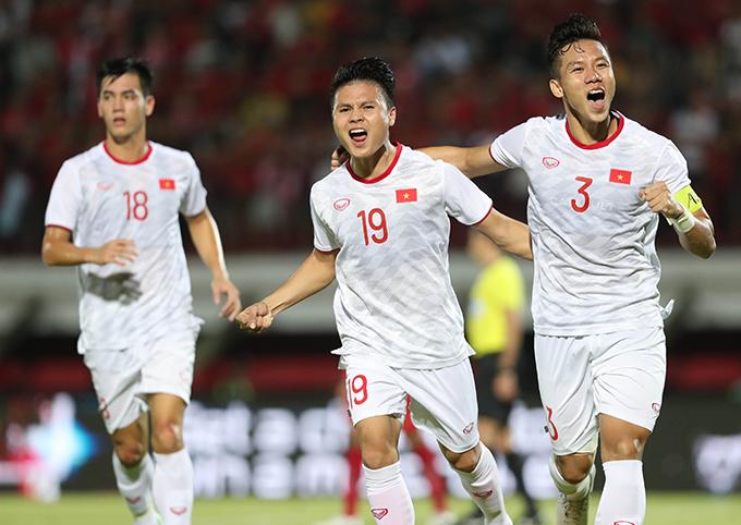 Quế Ngọc Hải và Quang Hải ăn mừng trong trận thắng 3-1 trước Indonesia. Ảnh: Đức Đồng.