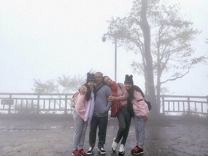 Gia đình Thúy Hạnh - Minh Khang trong chuyến du lịch ở Hồ Nam, Trung Quốc.