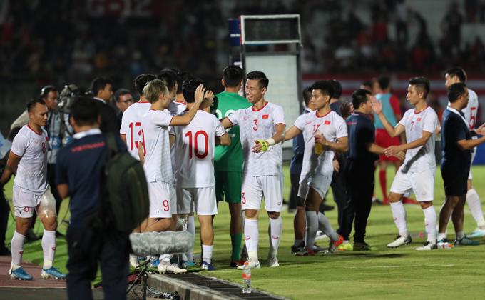Sau trận thắng Indonesia 3-1 tại Bali, tuyển Việt Nam xếp thứ hai bảng G có cùng 7 điểm như Thái Lan nhưng kém hiệu số.