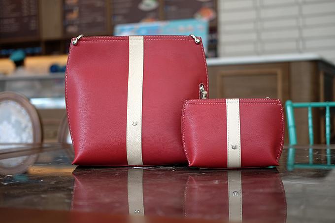 Bộ đôi túi đeo vai và túi đeo chéo kiêm clutch cầm tay nhiều màu sắc.