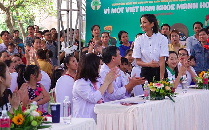 Sự thân thiện, cởi mở của Hoa hậu Hoàn vũ Việt Nam chiếm cảm tình của nhiều khán giả.