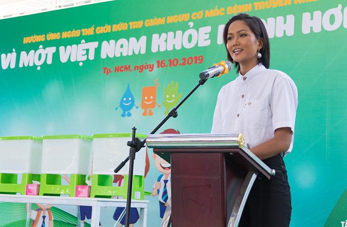 HHen Niê luôn ủng hộ các chương trình, chiến dịch từ thiện, vì cộng đồng.