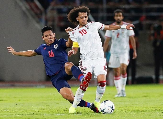 UAE (áo trắng) bị áp đảo khi thi đấu trên sân Thái Lan. Ảnh: The National