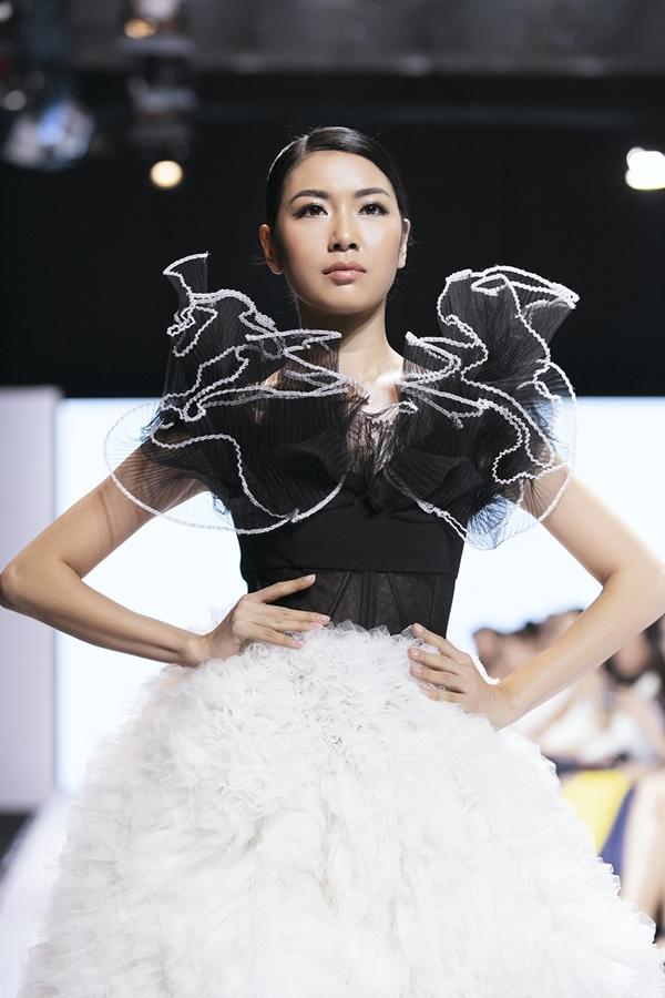 Thúy Vân thừa nhận trình diễn vốn không phải thế mạnh của bản thân, tuy nhiên phần trình diễn vedette của cô nhận được nhiều lời khen khi xử lý chiếc váy khủng.