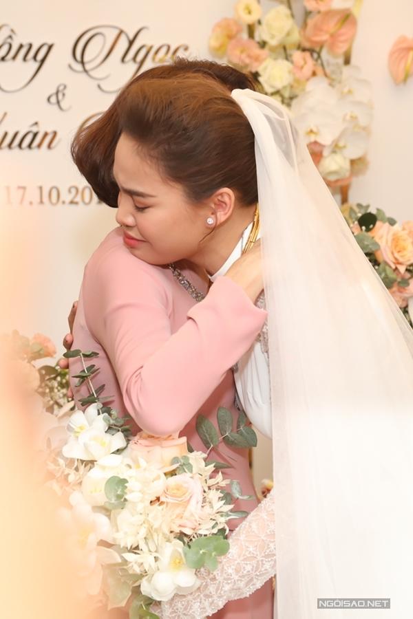 Cô không kiềm được xúc động trước khi về nhà chồng.