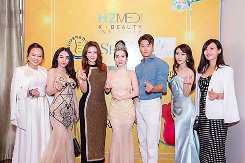 Hoa hậu Vivian Trần cùng diễn viên Park Yohan và các doanh nhân chào mừng sự kiện Học viện Sắc đẹp Hàn Quốc H2MEDI tại TP HCM.