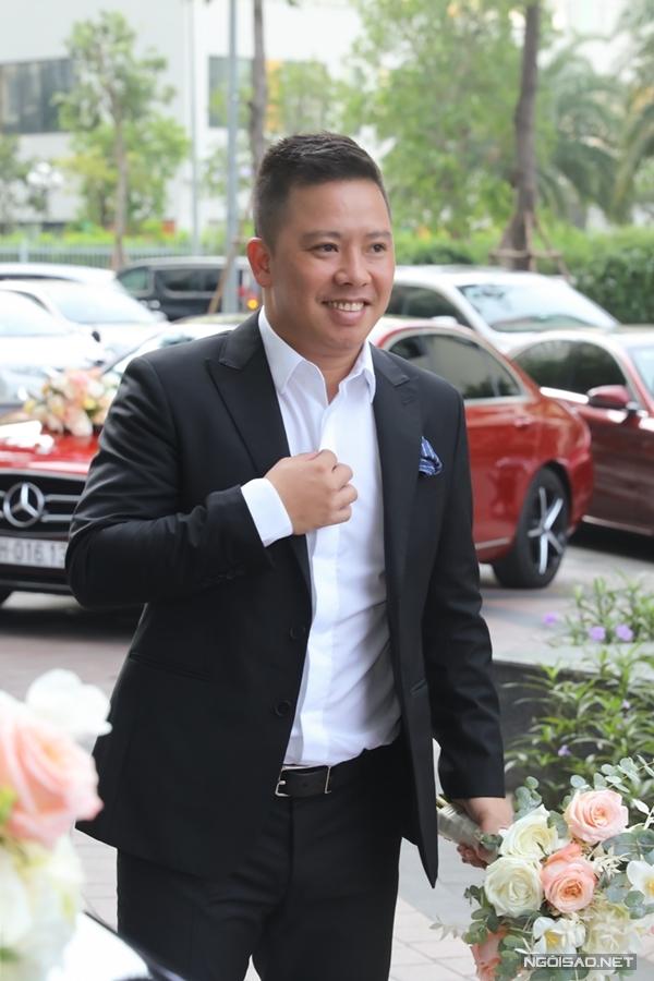 Đúng 8h15, chú rễ Xuân Văn có mặt tại sảnh chung cư nơi gia đình Giang Hồng Ngọc sinh sống. Anh năm nay 38 tuổi, hiện là công chức nhà nước và kinh doanh riêng. Cả hai tìm hiểu nhau khoảng hai năm trước khi tiến đến hôn nhân.