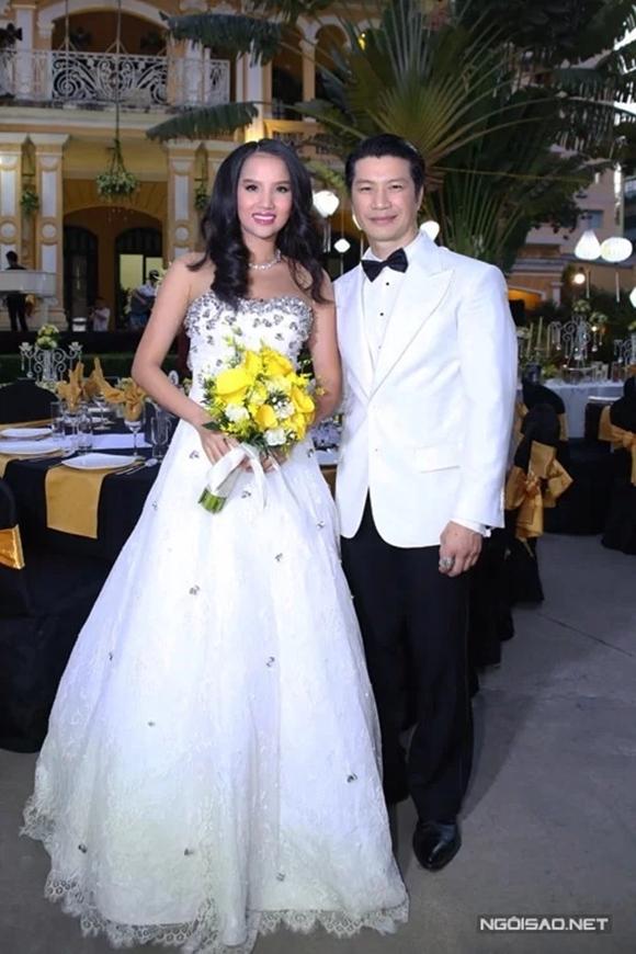 Bebe Phạm và Dustin Nguyễn lần đầu gặp nhau tại Thái Lan, khi tham gia bộ phim Truy sát. Cặp đôitrải qua thời gian tìm hiểu và yêu đương khá dài trước khi về một nhànhưng vì cả hai đều kín tiếng nên không chia sẻ mối quan hệ với khán giả.