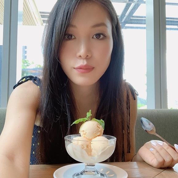 Người đẹp hiếm hoi chia sẻ các hình ảnh thường ngày của cô lên mạng xã hội, nếu có, đó là những khoảnh khắc tự nhiên khi Thùy Dung ăn mặc đơn giản, trang điểm nhẹ.
