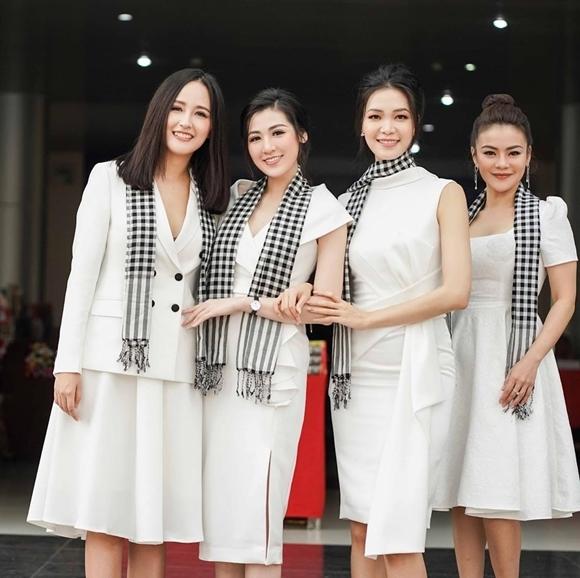 Hoa hậu Thùy Dung bên Hoa hậuMai Phương Thúy (ngoài cùng bên trái)và đàn em Tú Anh (thứ hai từ trái qua).