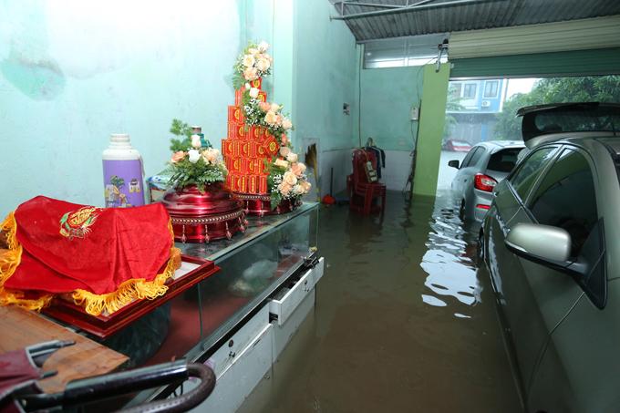 Gia đình hy vọng nước sẽ rút. Tuy nhiên sau 12h nước ngập càng sâu hơn, xe chuẩn bị để chở sính lễ cũng ngập ngang hông.