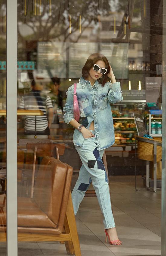 Cách phối đồ đồng điệu sắc màu, chất liệu được Ngọc Trinh nhanh chóng cập nhật cho set đồ dạo phố. Áo denim và quần jeans rất dễ sử dụng và luôn mang lại sự năng động cho phái đẹp.