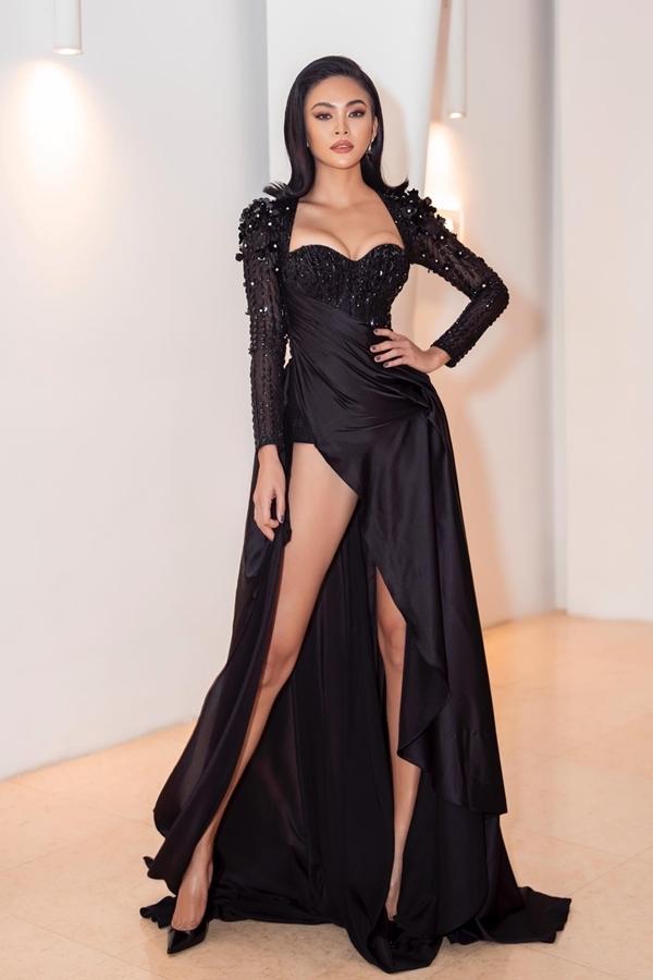 Á hậu Mâu Thủy cũng chọn thiết kế của Tuấn Trần để đi dự event. Chi tiết xẻ cao tôn lên lợi thế chân dài của người đẹp.