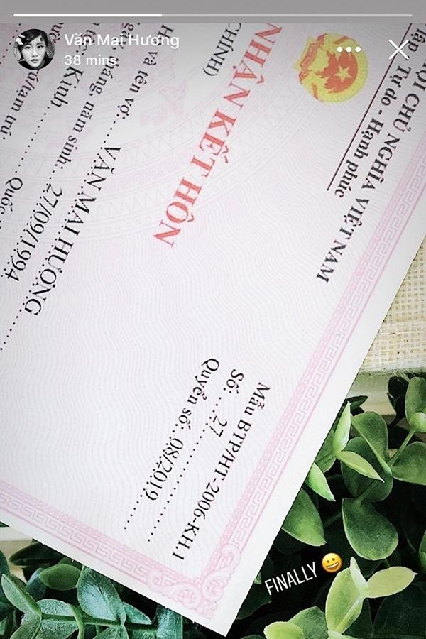 Hình ảnh giấy đăng ký kết hôn được Văn Mai Hương chia sẻ.