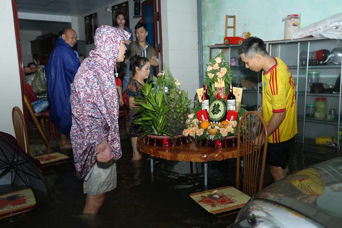 Theo lời thầy bói phán, 16/10 là ngày đẹp, Quốc Hưng (sinh năm 1995, ở TP Vinh, Nghệ An) chuẩn bị sính lễ sang nhà bạn gái Phương Thảo cách đó 4km để hỏi cưới.