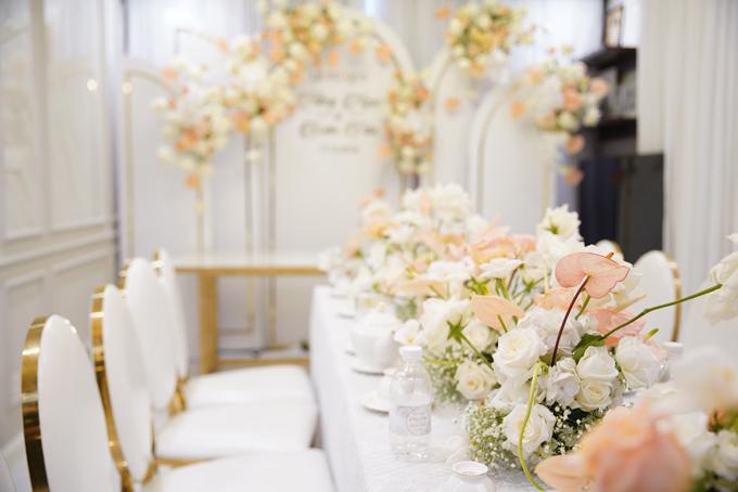 Để tạo nên sự kết hợp hoàn hảo giữa không gian và nội thất, ekip chọn ghế có xuất xứ châu Âu - ghế tựa của vua Louis XVI, mang phong cách tân cổ điển Pháp, có lưng ghế hình bầu dục, có đệm màu trắng, viền vàng đồng.