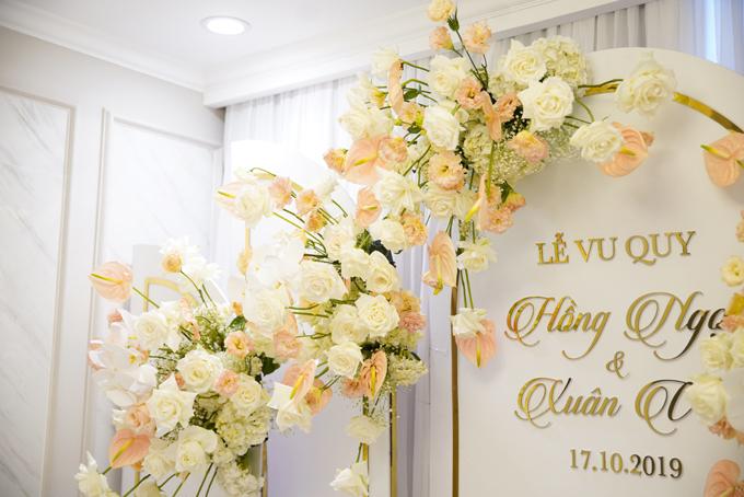 Tư gia được tô điểm bởi hoa hồng nhập khẩu, hoa cẩm tú cầu, lan hồ điệp, hồng môn.