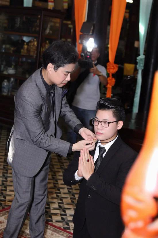 Ngọc Sơn và Duy Cường làm lễ nhận cha con trên chùa.