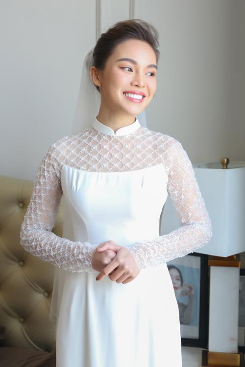 Sáng 17/10, Giang Hồng Ngọc đã tổ chức lễ vu quy tại tư gia ở TP HCM. Trong ngày trọng đại, nữ ca sĩ đã diện một áo dài trắng tinh khôi cách điệu, có kết hợp với voan cưới trắng không đính kết họa tiết.