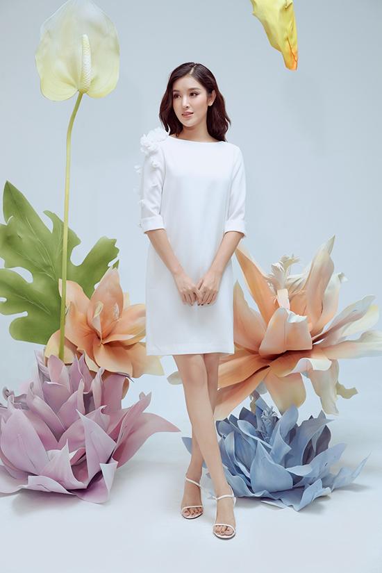 Váy suông không kén dáng trở nên sinh động và bắt mắt hơn với phần trang trí hoa 3D bất đối xứng.