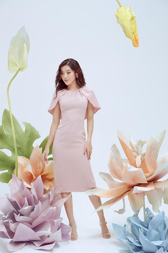 Khi tham gia tiệc nhẹ vào mùa thu, chị em công sở có thể tham khảo các kiểu váy cape biến thể, đầm đính hoa to bản ở phần eo để chưng diện.