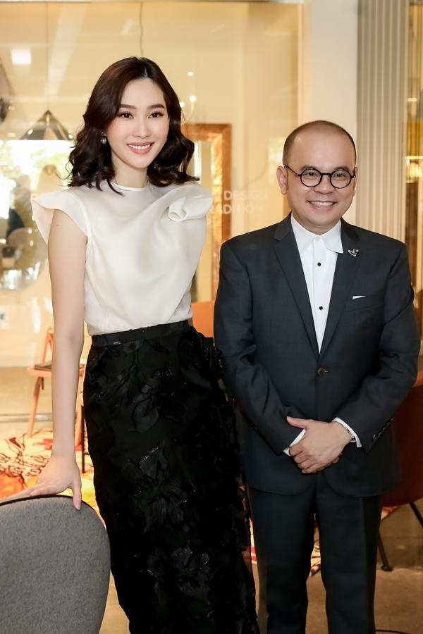 Hoa hậu Việt Nam 2012 chúc mừng doanh nhânDương Quốc Nam khai trương showroom nội thất mới.