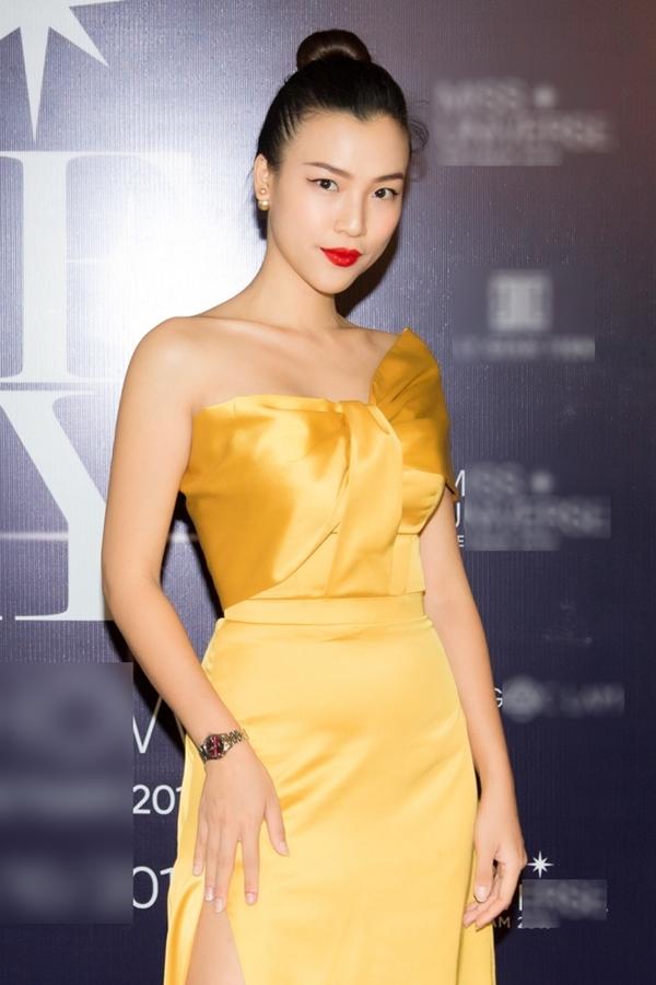 Sắc vàng của chiếc váy dạ hội giúp MC Hoàng Oanh nổi bật trên thảm đỏ so với nhiều người đẹp khác.