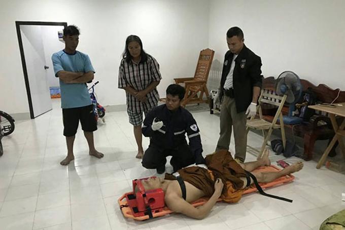 Nhà sư Thái Lan được đưa lên cáng thương y tế. Ảnh: BKP.