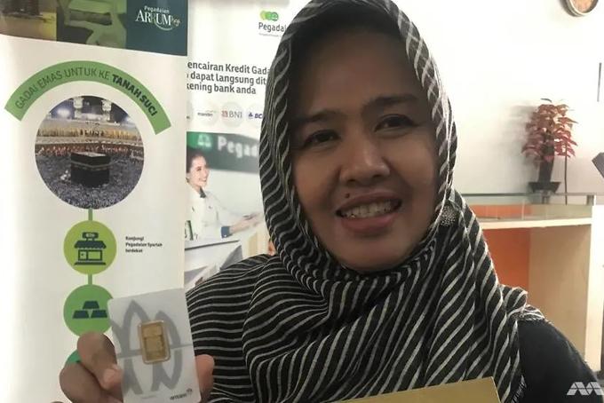 Bermis Gading, một người dân ởphía bắc Jakarta đã đổi được 5gram vàng nhờ số rác tái chế thu gom được. Ảnh: CNA.