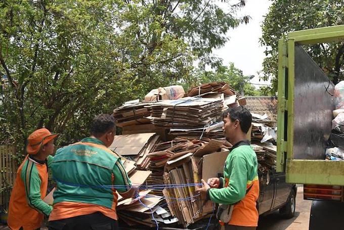 Xe chở các loại rác tái chế thu gom được từ người dân ở bắc Jakarta. Ảnh: CNA.